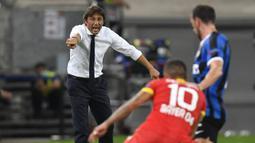 Pelatih Inter Milan, Antonio Conte, memberikan arahan kepada pemainnya saat menghadapi Bayer Leverkusen pada perempat final Liga Europa di Duesseldorf Arena, Jerman, Selasa (11/8/2020) dini hari WIB. Inter Milan menang 2-1 atas Bayer Leverkusen dalam pertandingan tersebut. (AFP/Martin Meissner/pool)