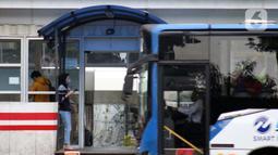 Pengguna bus Transjakarta menggunakan masker di halte kawasan Kuningan, Jakarta, Rabu (27/5/2020). Empat provinsi di Indonesia termasuk DKI Jakarta akan mulai melakukan persiapan menuju new normal atau tatanan kehidupan baru menghadapi COVID-19. (Liputan6.com/Helmi Fithriansyah)