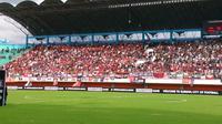 Ribuan suporter Persis Solo saat memadati tribune timur Stadion Maguwoharjo. (Bola.com/Vincentius Atmaja)