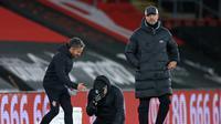 Manajer Southampton, Ralph Hasenhuttl (tengah) tampak menangis saat timnya mengalahkan Liverpool dengan skor 1-0 pada laga lanjutan Premier League 2020/2021, Selasa (05/01/2021) dini hari WIB. (AFP)