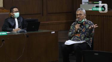 Ketua KPU, Arief Budiman (kanan) memberi keterangan sebagai saksi pada persidangan kasus suap pergantian antarwaktu anggota DPR dengan terdakwa mantan komisioner KPU Wahyu Setiawan di Pengadilan Tipikor Jakarta, Kamis (4/6/2020). Sidang beragenda keterangan saksi. (Liputan6.com/Helmi Fithriansyah)