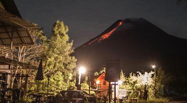 Gunung Merapi Semburkan Lava Pijar Puluhan Kali