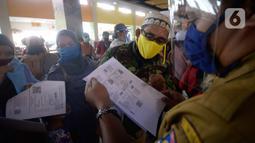 Petugas membantu warga yang akan melakukan pencetakan di mesin Anjungan Dukcapil Mandiri (ADM) di Pamulang Square, Tangerang Selatan, Senin (15/9/2020). Pemkot Tangsel memudahkan pelayanan kependudukan untuk membuat KTP El, Kartu Identitas Anak dan Kartu Keluarga. (merdeka.com/Dwi Narwoko)