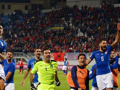 Para pemain Italia merayakan kemenangan atas Albania pada laga kualifikasi Piala Dunia 2018 di Stadion Loro Borici, Senin (9/20/2017). Italia menang 1-0 atas Albania. (AFP/Dimitar Dilkoff)