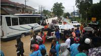 Calon penumpang pesawat diangkut truk menuju Bandara APT Pranoto Samarinda Kaltim.(Www.sulawesita.com)