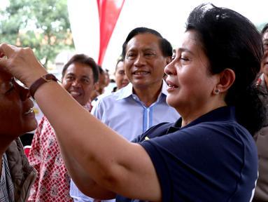 Menkes Nila F Moeloek meneteskan obat mata pada seorang warga saat menghadiri HUT ke 21 Indosiar, Depok, Sabtu (9/1/2016). Indosiar menggelar bakti sosial dan pengobatan gratis dalam memperingati HUT ke 21. (Liputan6.com/Yoppy Renato)