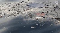 Serpihan pesawat Lion Air JT 610 mengambang setelah jatuh di laut utara Tanjung Pakis, Jawa Barat, Senin (29/10). Pesawat Lion Air JT 610 yang jatuh membawa 188 orang. (Liputan6.com/Herman Zakharia)