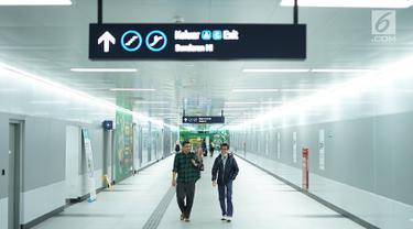 Penumpang berjalan di Stasiun MRT Bundaran HI, Jakarta, Jumat (24/5/2019). Transportasi massal MRT mulai beroperasi penuh kembali pascaaksi aksi 22 Mei menolak hasil Pemilu 2019 yang terjadi di Gedung Bawaslu beberapa hari terakhir. (Liputan6.com/Immanuel Antonius)