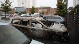 Kondisi mobil yang rusak dan hangus terbakar oleh orang tak dikenal di kota Gothenburg, Swedia, Selasa (14/8). PM Swedia Stefan Lofven menyebut tindak pembakaran dan pengrusakan mobil itu gerakan yang terorganisir. (Henrik BRUNNSGARD/TT News Agency/AFP)