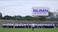 Menteri BUMN Rini Soemarno, eselon I Kementerian BUMN dan direktur utama BUMN menggelar upacara sumpah pemuda di kawasan industri PT Pupuk Kaltim.