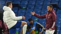 Gelandang Real Madrid, Eden Hazard (kanan) menyapa pemain Chelsea, Cesar Azpilicueta, saat kedua tim bentrok pada semifinal Liga Champions. (Glyn KIRK / AFP)