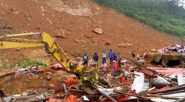 Petugas dibantu warga melakukan pencarian korban usai tanah longsor di Regent, Freetown, Sierra Leone, (14/8). Sedikitnya 312 orang tewas dan lebih dari 2.000 orang kehilangan tempat tinggal mereka. (Society 4 Climate Change Communication via AP)