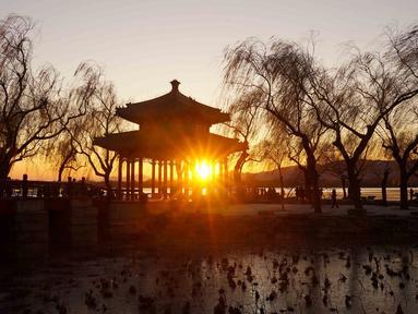 Foto yang diabadikan pada 4 Desember 2020 ini menunjukkan pemandangan matahari terbenam di Istana Musim Panas di Beijing, ibu kota China. (Xinhua/Chen Jianli)