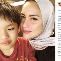 Tia Ivanka dipuji warganet saat mengenakan hijab. Mereka berharap Tia agar tak melepas hijab yang dikenakannya. (Instagram/@tiaivanka)