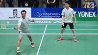 Menpora Imam Nahrawi berpasangan dengan Kevin Sanjaya pada laga eksebisi melawan Candra Wijaya/Ricky Subagja di Candra Wijaya Internasional Badminton Centre, Tangerang Banten, Selasa (19/12). Laga dimenangkan Imam/Kevin. (Liputan6.com/Helmi Fithriansyah)