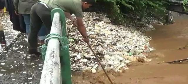 Alat berat harus dikerahkan Pemkot Bogor untuk mengangkat tumpukan sampah dan jalur lalu lintas di sekitar lokasi ditutup sementara.