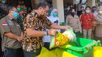 Pemusnahan ratusan kilogram manisan dari salah satu pasaraya di Kota Palembang Sumsel (Liputan6.com / Nefri Inge)