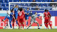 Ermin Bicakcic saat mencetak gol pertama TSH Hoffenheim ke gawang Bayern Munchen kawalan Manuel Neuer di Sinsheim (27/9/2020). (AP/Uwe Anspach)