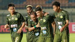 Para pemain Tira Persikabo merayakan gol yang dicetak oleh Ciro Henrique ke gawang Perseru Serui pada laga Piala Presiden 2019 di Stadion Si Jalak Harupat, Jawa Barat, Kamis (7/3).  (Bola.com/M Iqbal Ichsan)