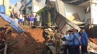 Gubernur DKI Anies Baswedan meninjau lokasi longsor di Kalisari Jakarta Timur.