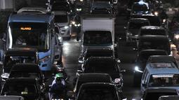Kemacetan arus lalu lintas di Jalan DI Panjaitan, Jakarta, Selasa (11/12). Kemacetan yang terjadi dari arah Cawang-Tanjung Priok terjadi akibat uji coba pintu keluar tol Becakayu. (Merdeka.com/ Iqbal S. Nugroho)