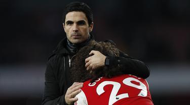 Pelatih Arsenal Mikel Arteta memeluk gelandang Matteo Guendouzi usai pertandingan melawan Chelsea pada lanjutan Liga Inggris di  Stadion Emirates, London (29/12/2019). Arsenal kalah tipis atas Chelsea 1-2. (AFP Photo/Adrian Dennis)