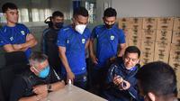 Pemain Persib Bandung saat menjalani rapid test di Graha Persib lantai 3, Jalan Sulanjana no.17, Bandung, Minggu (9/8/2020). (Bola.com/Erwin Snaz)