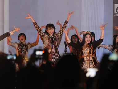 Kelompok penyanyi wanita JKT48 membawakan lagu saat pembukaan rangkaian kegiatan perayaan 60 tahun hubungan diplomatik Indonesia-Jepang. di depan area Museum Fatahillah, Jakarta, Jumat (19/1). Tiga buah lagu dibawakan. (Liputan6.com/Helmi Fithriansyah)