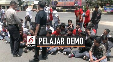 Ratusan pelajar asal Cianjur nyaris berangkat ke Jakarta untuk demonstrasi hari Kamis (26/9/2019). Namun rencana mereka digagalkan petugas polisi.