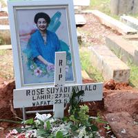 Rose Suyadi ibu Indah Kalalo meninggal dalam usia 73 tahun setelah dua minggu menjalani perawatan di rumah sakit. Almarhum di makamkan di TPU Menteng Pulo, Kuningan, Jakarta Selatan, Selasa (24/5/2016). (Galih W. Satria/Bintang.com)