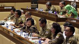 Menteri Lingkungan Hidup dan Kehutanan (LHK) Siti Nurbaya rapat kerja dengan Komisi IV DPR, Jakarta, Selasa (15/1). Rapat membahas Perubahan Peruntukan Kawasan Hutan dalam Revisi Tata Ruang Wilayah Provinsi dan Perubahan Iklim. (Liputan6.com/JohanTallo)
