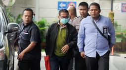 Bupati Mesuji Khamami (tengah) tiba di Gedung KPK, Jakarta, Kamis (24/1). Khamami terjaring dalam operasi tangkap tangan (OTT) tim Satgas KPK pada Rabu, 23 Januari 2019. (Merdeka.com/Dwi Narwoko)