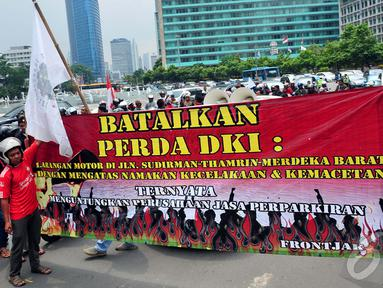 Para pengendara motor saat menutup jalan MH Thamrin, Jakarta, Minggu (22/12/2014). (Liputan6.com/Johan Tallo)