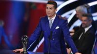 Cristiano Ronaldo memberikan pidato usai menerima The Best FIFA Men's Player of 2016 Award pada ajang The Best FIFA Football Awards 2016  di Zurich, (9/1/2017). (AFP/Fabrice Coffrini)