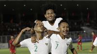 Bagus Kahfi (atas) dan Beckham Putra (kanan) merayakan gol yang dicetak Bagas Kaffa saat Timnas Indonesia U-19 menghadapi Hong Kong di laga kedua Grup K kualifikasi Piala AFC U-19 2020 di Stadion Madya, Jakarta, Jumat (8/11/2019). (Bola.com/Yoppy Renato
