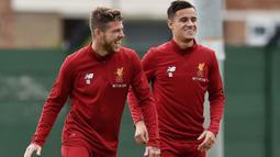 Senyum pemain Liverpool, Philippe Coutinho (kanan) saat berlatih di Melwood Training Ground, Liverpool (7/9/2017). Latihan ini jelang melawan Manchester City pada pekan keempat Premier League. (Photo/Liverpoolfc)