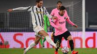 Penyerang Barcelona, Lionel Messi, berebut bola dengan gelandang Juventus, Adrien Rabiot, pada laga lanjutan Liga Champions 2020/2021 di Allianz Stadium, Kamis (29/10/2020) dini hari WIB. Barcelona menang 2-0 atas Juventus. (AFP/Marco Bertorello)