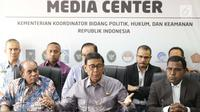 Menkopolhukam Wiranto (tengah) didampingi kedua tokoh Papua dan Papua Barat bersiap memberi keterangan terkait situasi/kondisi, Jakarta, Jumat (30/8/2019). Keterangan terkait hasil pertemuan dengan kedua tokoh dari Papua dan Papua Barat. (Liputan6.com/Helmi Fithriansyah)