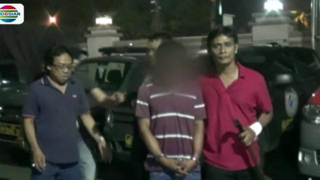 Pelaku perampokan dan pemerkosaan ini hanya bisa terdiam setelah ditangkap Tim Reskrim Polsek Cimanggis dan Polresta Depok, Jawa Barat.