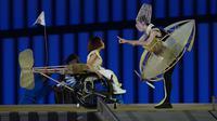 Para penari tampil dalam upacara pembukaan Paralimpiade Tokyo 2020 di Stadion Olimpiade Tokyo, Selasa, 24 Agustus 2021. (AP Photo/Shuji Kajiyama)