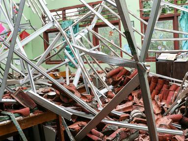 Atap kelas SDN 6 Kalibaru ambruk sekitar pukul 07.15 Wib sebelum kegiatan belajar dimulai, Cilodong, Jawa Barat, Jumat (26/2/2016). Sebanyak 4 ruangan kelas dan guru di SDN Kalibaru 6 ambruk karena tingginya curah hujan. (Liputan6.com/Yoppy Renato)