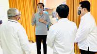 Jokowi melihat langsung uji klinis Vaksin COVID-19 atau Vaksin Corona Sinovac hari pertama di Bandung. Tampak, Menteri Kesehatan RI Terawan Agus Putranto dan Menteri BUMN Erick Tohir mendampingi Presiden Jokowi. (Foto: Sekretariat Presiden)