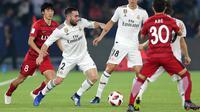 Bek Real Madrid, Dani Carvajal menggiring bola dari kawalan pemain Kashima Antlers selama semifinal Piala Dunia Antarklub 2018 di stadion Zayed Sports City, Uni Emirat Arab (19/12). Madrid menang 3-1. (AP Photo/Kamran Jebreili)