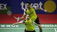 Ganda campuran Indonesia, Tontowi Ahmad / Winny Kandow , usai dikalahkan Chan Peng Soon / Goh Liu Ying, pada Indonesia Open 2019 di Istora Senayan, Jumat (19/7). Tontowi / Winny kalah 11-21, 21-14 dan 14-21. (Bola.com/Vitalis Yogi Trisna)