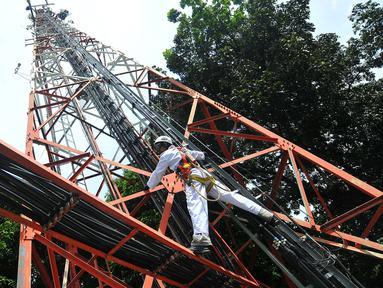 Teknisi melakukan perawatan rutin menara jaringan telekomunikasi milik PT Tower Bersama Infrastructure Tbk, Jakarta, Rabu (2/11). Indonesia menargetkan menjadi negara ekonomi digital terbesar di Asia tenggara tahun 2020. (Liputan6.com/Angga Yuniar)