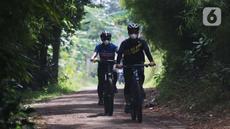 Warga bersepeda di perkampungan di Parigi, Tangerang Selatan, Minggu (24/10/2021). Beresepeda memasukin perkampungan dengan nuansa alam banyak di manfaatkan masyarakat untuk mencari suasana yang asri dan jauh dari keramaian kota. (Liputan6.com/Angga Yuniar)