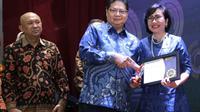 Penghargaan BNI sebagai Penyalur KUR Terbaik 2019 diterima oleh Direktur Bisnis Usaha Mikro Kecil Menengah dan Jaringan BNI Tambok P Setyawati.