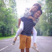 Ruben Onsu menggendong Sarwendah (Instagram/@ruben_onsu)