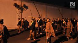 Abdi keraton membawa pusaka saat mengikuti upacara ritual Kirab Pusaka dan Tapa Bisu di Solo, Sabtu (31/8/2019) malam. Kirab tersebut dalam rangka memperingati pergantian tahun baru Hijriah yand dalam penanggalan Jawa disebut satu Suro. (merdeka.com/Iqbal S Nugroho)