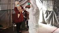 Tim gugus tugas Covid-19 Jambi saat menyosialisasikan pemasangan APD dan pemusalaran jenazah Covid-19, Rabu (8/4/2020). Kini per semua daerah di Jambi terdeteksi pasien positif pandemi tersebut. (Liputan6.com / Gresi Plasmanto)
